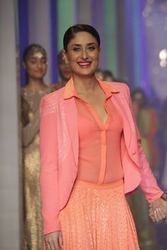 Kareena Kapoor Walks on The Ramp at LIFW Summer Resort 2013 Grand Finale.