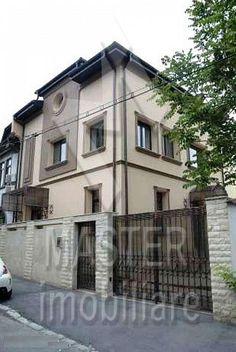 Vila exclusivista zona Piata Alba Iulia D+P+E+M, construita pe o suprafata de 300mp cu o amprenta de 130mp, alcatuita din 7 camere, 1 bucatarie, 4 bai, 3 dormitoare, dependinte si o mansarda de 100mp.Finisajele sunt de superlux. Curtea este amenajata cu o cocheta gradina si un foisor de vara. De asemenea exista posibilitatea parcarii a doua automobile in curte. Zona linistita de vile.