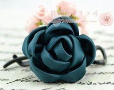 anche questa rosa è molto bella e realizzata con stoffa,ago e filo,basta seguire questi passaggi indicati dalle foto per ottenere l'effetto finale fonte