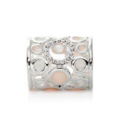 Luxusná ozdoba s názvom Circles je rúrkový typ spony na šatky a šály. Sponu tvoria kruhy bielej a ružovej glazúry s trblietavými kryštálmi. Ozdoba je rúrkovitého vzhľadu, aby bolo možné ľahké upnutie na šatku alebo šál.  Táto ozdoba na hodvábne šatky a šály je vyrobená z kvalitnej zlatiny kovov a následne pozlátená lešteným striebrom. Tento luxusný doplnok dodá vášmu outfitu lesk a iskru.