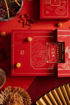 鮑魚禮盒以低調簡潔的線條造形,塑造出具中華韵味的插圖,並以金線效果襯托傳統大紅色調,典雅大方又帶出濃厚的東方色彩。 包裝採用皮革紙材設計,透過其特別的結構、獨特的打開方式,造就出細緻優雅,經典而又創新的精采組合,散發出久看不膩的質感。