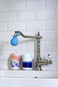 COUP DE CALCAIRE - Cattoire Relation Presse - Géniale la boule de détartrage Starwax. Elle s'enfile sur le bec du robinet et permet de faire tremper celui-ci dans le vinaigre autant de temps que nécessaire ! Ici elle est glissée sur un joli robinet à l'ancienne, dans une petite cuisine au carrelage métro. #Starwax #Winkdeco Sink, Home Decor, Vinegar, Faucet, Cleanser, Kitchens, Sink Tops, Vessel Sink, Decoration Home