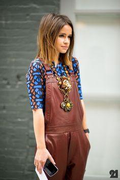 Inspiração  de look com duas tendências super em alta: maxi colar e macacão.