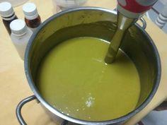 Mi jabón de Alepo en proceso el color verde de la maceración de las bayas de laurel