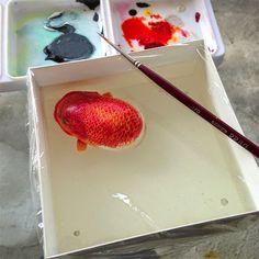 レジンと絵の具のレイヤーを使用して作成された生きているような彫刻をレジンの層に描き水生動物を作り出した。