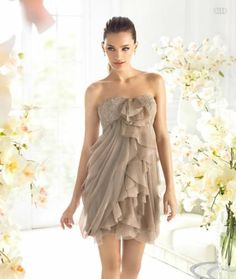 Vestido corto en color tierra con volúmenes al frente para damas de boda - Foto La Sposa