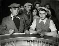 Hommes autour du zinc dans un bistrot, rue de Lappe, Paris vers 1932. Brassaï