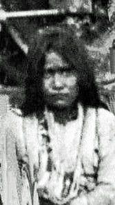 DAHTESTE (c1860- ? ), guerrière Chiricahua Apache. A connu Cochise. A combattu aux côtés de Géronimo jusqu'à sa reddition. Fut prisonnière de guerre durant 27 ans (Floride, Oklahoma). A sa libération elle vécut dans une réserve avec les apaches mescaleros et mourrut à un âge avancé. - Photographe non identifié. - (Photoshopped)