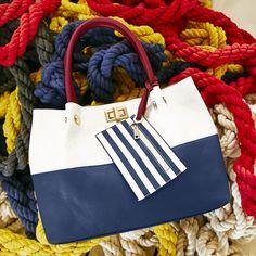 ¿Harta de buscar el bolso que complete tu estilo? Conoce colección Handbags de Cklass y encuentra tu bolso ideal para esta temporada. #purse #handbag #navy #nautic #streetstyle #tote