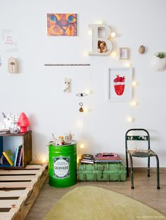 Quarto de adolescente tem parede galeria e móveis de estilo industrial.