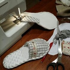 Best 9 Best 12 These cozy slippers made from an old sweater ,it's a fun, gratifying and pretty quick project – SkillOfKing. Sewing Hacks, Sewing Tutorials, Sewing Crafts, Sewing Projects, Sewing Patterns, Fabric Crafts, Diy Crafts, Sewing Slippers, Crochet Slippers
