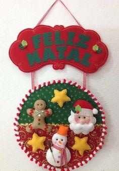 Olha o feltro ai! Felt Christmas Ornaments, Christmas Decorations To Make, Christmas Projects, Christmas Wreaths, Christmas Crafts, Cd Crafts, Hobbies And Crafts, Felt Crafts, Crochet