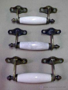 3 tiradores de puerta o cajones, bronce con agarradera de porcelana, siglo XIX, 47 €