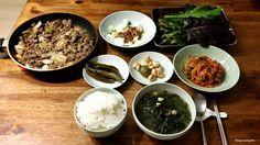 불고기 먹는날, Bulgogi day Special menu of today is Bulgogi ! I prepared full set of Korean rice and banchan. Let's look at what here is.   Main  밥, rice 미역국, seaweed soup 불고기, Bulgogi  Banchan 김치, kimchi 마늘장아찌, pickled garlic 고추장아찌, pickled pepper 양파와 된장, onion and bean paste  쌈, veggies  All set to go !!!  오늘의 요리는 불고기 ! 맛있는 불고기와 반찬이 한 가득입니다. 갓지은 흰밥, 미더덕이 들어가 국물이 아주 시원한 미역국, 4개월 숙성된 김치, 마늘 장아찌, 고추 장아찌, 양파와 된장, 쌈 모두 환상의 궁합이죠   #bulgogi #Koreafood