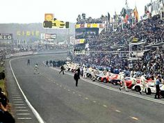 Le Mans 24 h 1969 Jacky Ickx marche tranquillement vers sa Ford GT40