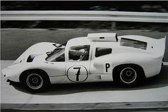 Momento histórico: a vitória nos 1000 km de Nürburgring de 1966 em pleno Nordscheleife, com Joakim Bonnier e Phil Hill no lendário Chaparral 2D
