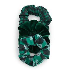 Your style will be as proud and ambitious as you are with this Harry Potter Slytherin House scrunchie set. Harry Potter Mode, Bijoux Harry Potter, Cute Harry Potter, Slytherin Harry Potter, Harry Potter Merchandise, Harry Potter Style, Slytherin House, Slytherin Pride, Slytherin Aesthetic