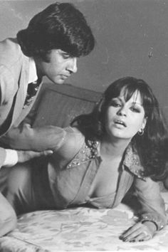Amitabh Bachchan and Zeenat Aman in the film 'The Great Gambler'. Bollywood Couples, Bollywood Stars, Beautiful Bollywood Actress, Beautiful Indian Actress, Pretty Zinta, Bollywood Pictures, Vintage Bollywood, Amitabh Bachchan, Look At The Stars