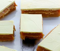 Caramel cakes These are white chocolate millionaires shortbreads - super sweet but so yummy! Caramel Shortbread, Shortbread Recipes, Shortbread Biscuits, Tray Bake Recipes, Baking Recipes, Dessert Recipes, Caramel Recipes, Caramel Cakes, Chocolate Caramel Slice
