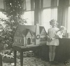 Vintage Dollhouses: Little girls and their dollhouses. Vintage Girls, Vintage Dior, Vintage Versace, Vintage Children, Vintage Vogue, Vintage Outfits, Vintage Paper, Antique Dollhouse, Dollhouse Dolls
