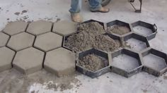 Concrete block molding made directly on the floor paving of streets and roads. Concrete Paver Mold, Concrete Backyard, Sloped Backyard, Concrete Crafts, Concrete Projects, Concrete Blocks, Concrete Porch, Concrete Steps, Concrete Driveways