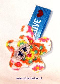 leuk bloemetje voor op je jas of tas. Pakketjes met alle materialen en beschrijving zijn te verkrijgen via www.bijtantedoor.nl