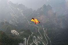 Seorang peserta lombadengan pakaian terbang melompat dari Pegunungan Tianmen di Zhangjiajie, Hunan, China.