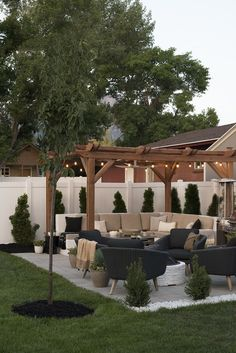 I love how gorgeous this outdoor space is with the veranda bulb lights outdoor sofa and tons of comfy throw pillows. I love how gorgeous this outdoor space is with the veranda bulb lights outdoor sofa and tons of comfy throw pillows. Backyard Patio Designs, Backyard Landscaping, Backyard Pergola, Outdoor Pergola, Modern Pergola, Diy Patio, Backyard Storage, Back Yard Patio Ideas, Florida Landscaping