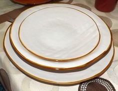 Fantastico servizio di piatti in ceramica colorata bianca irregolari, creati a mano! Se vuoi, puoi abbinnarlo al sevizio con colori assortiti!! Il servizio è così composto: 6 piatti fondi 6 piatti pari6 èiatti frutta o dessert!