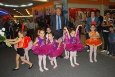 """Minikler Bale Gösterisi İle Büyüledi…  Deepo Outlet Alışveriş Merkezi'nin düzenlediği """"Spor ve Sağlıklı Yaşam Şenliği"""", İkizler Bale Okulu miniklerinin sunduğu gösteri ile devam etti. Muratpaşa Belediye Başkanı Süleyman Evcilmen'in de izlediği bale gösterisinin sonunda minik balet ve balerinler ayakta alkışlandı. Şenlik, daha sonra ise jimnastik gösterisiyle son buldu."""