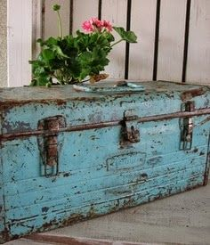 One my favorite things, a vintage metal tool box. I LOVE the color-gorgeous! Old Trunks, Vintage Trunks, Trunks And Chests, Vintage Metal, Metal Tool Box, Metal Tools, Vintage Design, Vintage Decor, Rustic Furniture