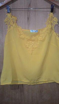 camiseta amarela em crepe com gripir decote v