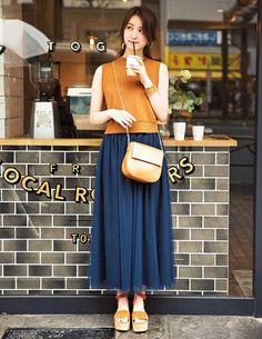 Best Fall Fashion grunge look inspiratiom / boots + rips + top + black denim jacket Cute Fashion, Modest Fashion, Skirt Fashion, Fashion Outfits, Womens Fashion, Fashion Trends, Grunge Look, Uniqlo Outfit, Autumn Fashion Grunge