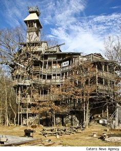 The world's tallest treehouse, located in Crossville, Tennessee, makes the Swiss Family Robinsons look like a bunch of amateurs. need to look out for this next time I go to Crossville! Abandoned Buildings, Abandoned Mansions, Old Buildings, Abandoned Places In The Uk, Abandoned Castles, Big Tree, Giant Tree, Haunted Places, Old Houses