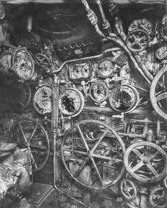 第一次世界大戦時のドイツ海軍潜水艦「Uボート」の内部写真 > コントロールルーム。深度計、エンジンテレグラフなどのたくさんの計器が設置されています。