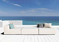Das modulare, wasserfeste Lounge-Gartenmöbel LOOP bietet angenehmen Sitzkomfort