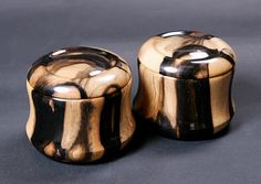 Kurokaki (Black persimmon) Go Bowls, Honinbo Shape  Go bowls with unique black Moku (knots) and Honinbo Shape as shown in the photo image. Why don't you add this rare item to you collections?    Item No. ( EA303 ) 360,000 Yen(Tax incl.)