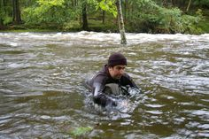 How to cross deep water , be very careful doing this .