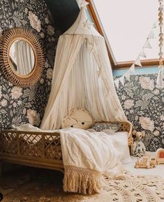 Boho girls room bedroom with neutral bedding, sweet canopy, amazing floral statement wallpaper and rattan bed. Just gorgeous! Baby Room Design, Baby Room Decor, Nursery Room, Baby Room Neutral, Neutral Bedding, Black Bedding, Little Girl Rooms, Girls Bedroom, Kids Room
