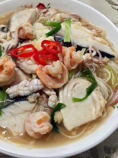 Singapore Home Cooks: Seafood Mee Sua (hor fun style) 海鲜面线 by Rachel Leong Asian Noodle Recipes, Asian Recipes, Chinese Recipes, Seafood Recipes, Soup Recipes, Cooking Recipes, Seafood Soup, Seafood Dishes, Asian Street Food