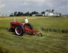 Farmall M mowing hay. I used to mow the oats and wheat stubble like this. Antique Tractors, Vintage Tractors, Vintage Farm, Vintage Signs, Tractor Pictures, Farm Pictures, International Tractors, International Harvester, Farmall Tractors
