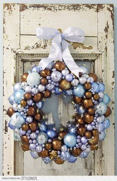 Creative ideas for beautiful Christmas wreaths that you can make at home. Instructions for creating ornament ball wreath, ribbon wreath, paper crafted wreaths and edible Christmas wreaths. Christmas Ornament Wreath, Noel Christmas, Vintage Christmas Ornaments, Winter Christmas, Christmas Crafts, Christmas Decorations, Bauble Wreath, Xmas, Christmas Balls