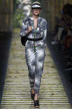 Max Mara Spring 2017 Ready-to-Wear Fashion Show - Gigi Hadid Spring Fashion 2017, Fashion Week, Runway Fashion, Fashion Show, Fashion Design, Milan Fashion, Max Mara, Emilio Pucci, Moschino