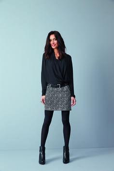 Robe INATTENDU : La robe 2 en 1 résolument moderne et rock avec son mix, matière vaporeuse et jacquard ethnique. Coupe droite. Mix matières. Le haut, blouse croisée cache-cœur et doublée. Manches longues avec poignet. La jupe, droite, en tissu jacquard, doublée. 2 poches zippées devant et dos. Taille élastiquée.Ceinture IBARA. Collants TNOIR#mode#elora#elorabygf#robe#bi-matières#rock#motif#ikat#ethnique#jacquard#ceinture#clous#le bourget#