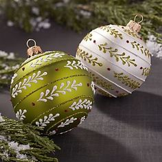 Have a blast decorating with red and green Christmas ornaments. Whether hanging from a tree, garland or wreath, they add a classic touch to your holiday. Scandinavian Christmas Ornaments, Handpainted Christmas Ornaments, Painted Ornaments, Christmas Ornament Crafts, Christmas Wood, Diy Christmas Ornaments, Christmas Projects, Christmas Tree Decorations, Holiday Crafts