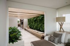 Green in the living Tropical Architecture, Contemporary Architecture, Interior Architecture, Interior And Exterior, Interior Design, Salas Lounge, Medical Office Design, Small Places, Cottage Design