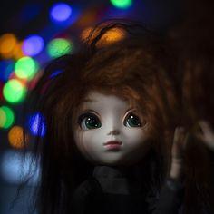 "Pohjoistuuli ☁️ on Instagram: ""— Christmas lights 🎄  #pullip #pullipsuomi #obitsu #pullipgretel #gretel #pullipdoll #doll #nukke #nukkesuomi #christmaslights — Irma…"" Instagram Christmas, Christmas Lights, Disney Characters, Fictional Characters, Dolls, Disney Princess, Art, Christmas Fairy Lights, Baby Dolls"