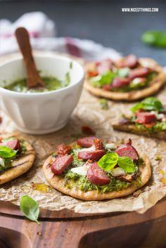 Gegrillte Mini Pizza mit Salsa Verde, getrockneten Tomaten, Kabanos und Mozzarella