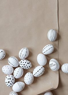 Easter table decorations: how to festively set the table - Black and white eggs, boiled eggs painted with a waterproof pen - Easter Table Decorations, Decoration Table, Easter Projects, Easter Crafts, Hoppy Easter, Easter Eggs, Spring Crafts, Holiday Crafts, Comment Dresser Une Table