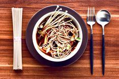 Soba-Bowl mit Enoki-Pilzen und Koriander